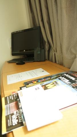 房間還有附電腦可查資訊,這次我的平板白帶了!