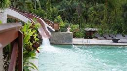 溫泉泳池旁有個小小划水道!