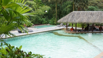除了泳池中的酒吧以外,旁邊的無邊界冷池也很漂亮!