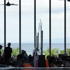 """左邊是""""Daiquiri""""酒吧右邊是""""Capuchino""""咖啡廳,用不同色系的亮色椅墊來區隔!"""
