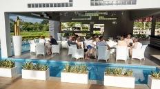 適合夕陽的咖啡廳兼酒吧!