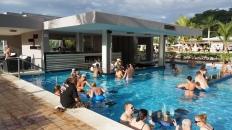 老爸說,泳池吧台別靠近,那些男人坐在那喝了一下午的啤酒了,都沒離開過!