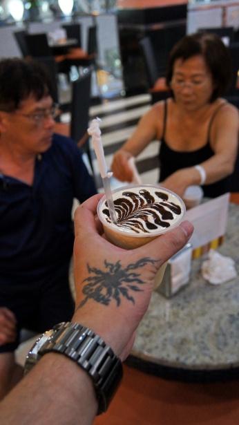 雖然巧克力拉花拉的有點醜啦!