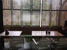 背後的竹簾窗可以打開,不過這樣光線微微進來也蠻有Fu的!