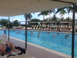正在參加水裡健身活動的旅客們!
