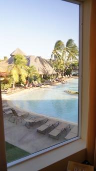 穿外看去是有小島造景的泳池